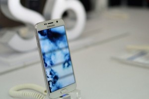 Samsung Beats Apple as Premium Smartphone Seller; Tim Cook admits iPhone Costs Unnecessarily High in India